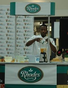 Chef Lentswe Bhengu demonstrated to Athlone residents how to prepare easy and delicious meals using Rhodes Foods canned products.
